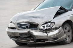 Поврежденный автомобиль на дороге стоковое фото rf