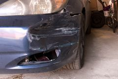 Поврежденный автомобиль Сломленный передний бампер Концепция обеспечения безопасности на дорогах стоковое изображение rf