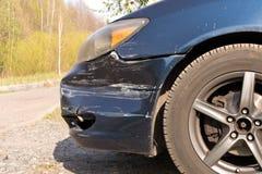 Поврежденный автомобиль Сломленный передний бампер Концепция обеспечения безопасности на дорогах r стоковые изображения rf