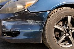 Поврежденный автомобиль Сломленный передний бампер Концепция обеспечения безопасности на дорогах r стоковое фото rf