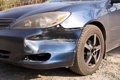 Поврежденный автомобиль Сломленный передний бампер Концепция обеспечения безопасности на дорогах r стоковые изображения