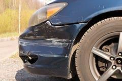 Поврежденный автомобиль Сломленный передний бампер Концепция обеспечения безопасности на дорогах r стоковая фотография rf
