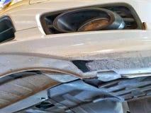 Поврежденный бампер автомобиля передний от выскабливать дороги стоковое фото rf