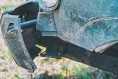 Поврежденный передний бампер на автомобиле стоковые изображения