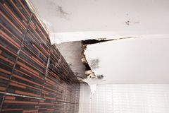 Поврежденный потолок от утечки воды Стоковое Изображение RF