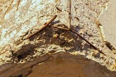 Поврежденный угол бетона армированного Стоковое Фото