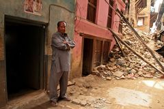 Повреждение землетрясения на улицах Kathamndu от ба Thamel Стоковое Изображение