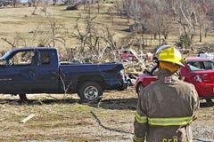 Повреждение торнадо пожарного исследуя Стоковые Фото