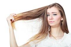 поврежденная женщина удерживания волос Стоковое Фото