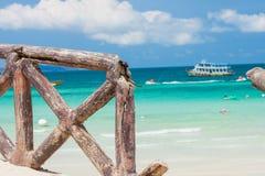 Поврежденная загородка на пляже стоковая фотография