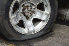 Поврежденная спущенная шина Стоковые Фотографии RF