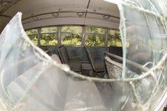 Поврежденная шина через сломленное окно Стоковое Фото