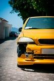Поврежденные бампер и фронт желтого автомобиля стоковые фотографии rf