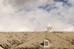 Поврежденные гонт крыши стоковые фотографии rf