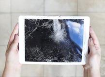 Поврежденный дисплей lcd планшета на поле Стоковое фото RF