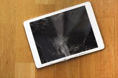 Поврежденный дисплей lcd планшета на поле Стоковые Изображения RF