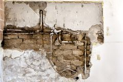 Поврежденный трубопровод стены стоковые фото