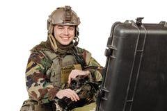 Повстанец или частный воинский подрядчик держа черное оружие война, рука стоковые фото
