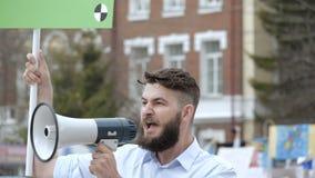 Повстанец на революции кричит в конец-вверх мегафона в замедленном движении