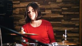 повторение Девушка активно играет барабанчики видеоматериал