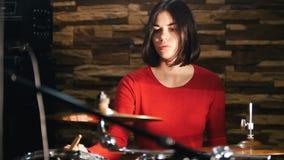 повторение Девушка барабанщика concentratedly играя барабанчики видеоматериал