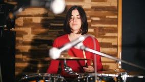 повторение Девушка восторженно играет барабанчики акции видеоматериалы
