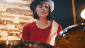 повторение Девушка в черной шляпе восторженно играет барабанчики сток-видео