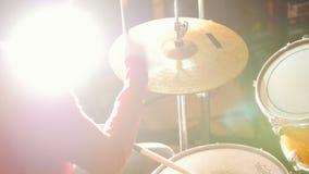 повторение Девушка в черной шляпе играет барабанчики Яркое освещение сток-видео