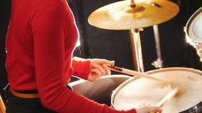 повторение Девушка играет барабанчики отсутствие показанной стороны акции видеоматериалы
