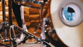 повторение Девушка играя барабанчики пинок Только показанные ноги сток-видео