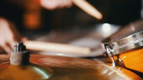 повторение Девушка играя барабанчики только показанные руки движение медленное сток-видео