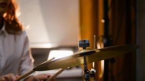 повторение Девушка имбиря играет барабанчики Девушка ударяя hi-шляпу стоковые изображения rf