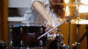 повторение Девушка имбиря играет рейд барабанчиков Тенет отладки девушки стоковые изображения