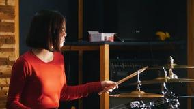 повторение Девушка concentratedly играя барабанчики акции видеоматериалы