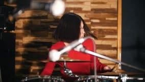 повторение Девушка fervently играет барабанчики видеоматериал
