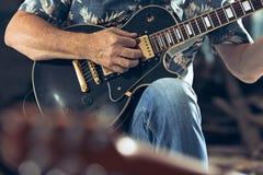 Повторение диапазона рок-музыки Электрические гитарист и барабанщик за комплектом барабанчика стоковые изображения rf