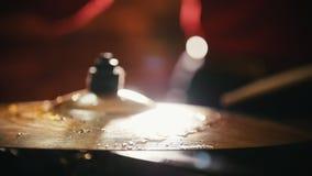 повторение Закройте вверх высок-шляп Девушка играя барабанчики видеоматериал
