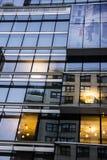 Повторять стеклянные окна на здании Стоковые Изображения