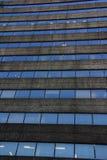 Повторять стеклянные окна на здании Стоковое Фото