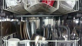 Повышать съемку судомойки нагрузил с посудой и столовым прибором видеоматериал