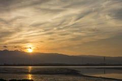 Повышение Солнця на посёлке Wugu, Тайване стоковое изображение rf