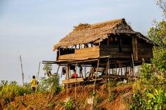 Повышенная хата используемая как гостиница для редких туристов стоковая фотография rf