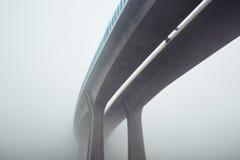 Повышенное шоссе в тумане тайны Стоковая Фотография RF