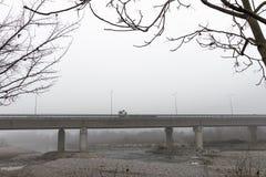 Повышенное шоссе в тумане тайны Стоковая Фотография