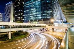 Повышенные дорожки, взгляд пересечения и современный небоскреб Стоковое фото RF