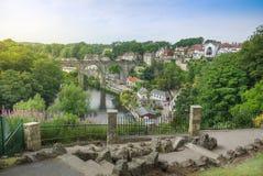 Повышенный взгляд красивого английского городка Knaresborough с виадуком, коттеджами и каменной тропой стоковые фотографии rf