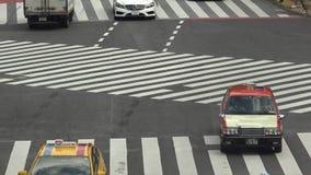 Повышенный взгляд управлять автомобилей движения на известном пересечении Shibuya дороги акции видеоматериалы