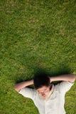 Повышенный взгляд человека лежа с его eyes закрыто и его головки r стоковое фото rf