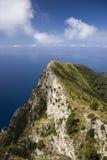 Повышенный взгляд Капри, итальянский остров с полуострова Sorrentine на южной стороне залива Неаполь, в области Campa Стоковые Фото