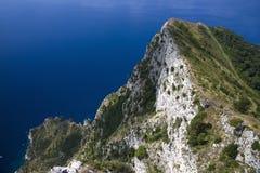 Повышенный взгляд Капри, итальянский остров с полуострова Sorrentine на южной стороне залива Неаполь, в области Campa Стоковые Изображения